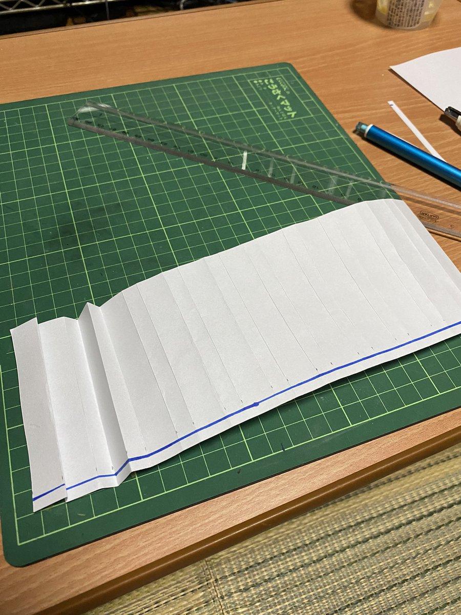 スカートを描くのが吐くほど苦手なので、ぬんぬ先生が昔考案したプリーツスカートのペーパークラフトを作ってみたんだけど、これは作画資料として良さそうだぞ…