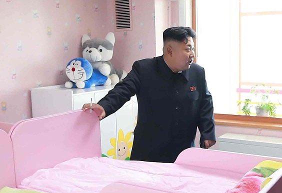 ドラえもんと犬のぬいぐるみの絡みに目が行きがちですが、驚くは小児ベッド視察でタバコを手にする我らが委員長です