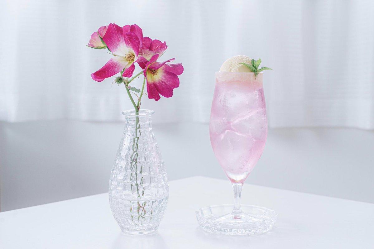 お庭で咲いたバラでシロップを作ってクリームソーダにしたら淡色のクリームソーダができました