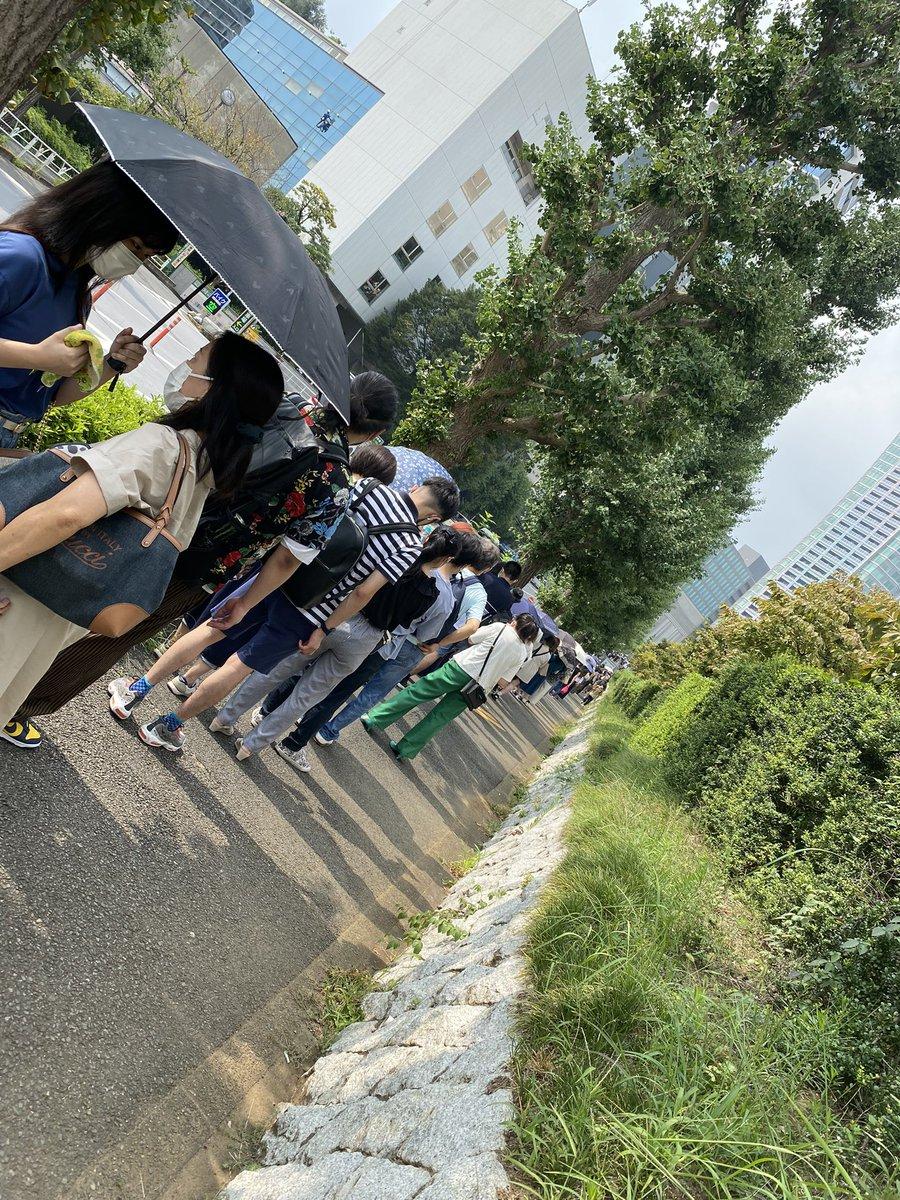 渋谷の若者ワクチンの抽選券並んでるんだけど、行列エグすぎる…  原宿駅近くまで列になってる😰  間隔空いてないし普通に密😂  今並んでる人だけでも5〜6000人はいる😨  これオンラインでやってくれよ…  #コロナ #コロナワクチン #ワクチン接種 #渋谷若者ワクチン接種センター #若者ワクチン接種会場