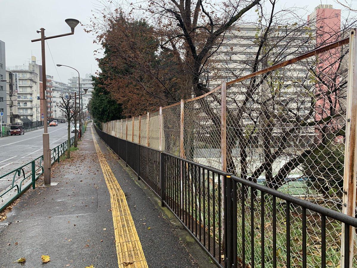 【拡散希望】 12/30(水)7時40分頃、新宿区大久保通りの東戸山小学校前付近で、ランニング中に倒れた男性を、救命処置いただいた通りすがりの救急救命士の方を探しております