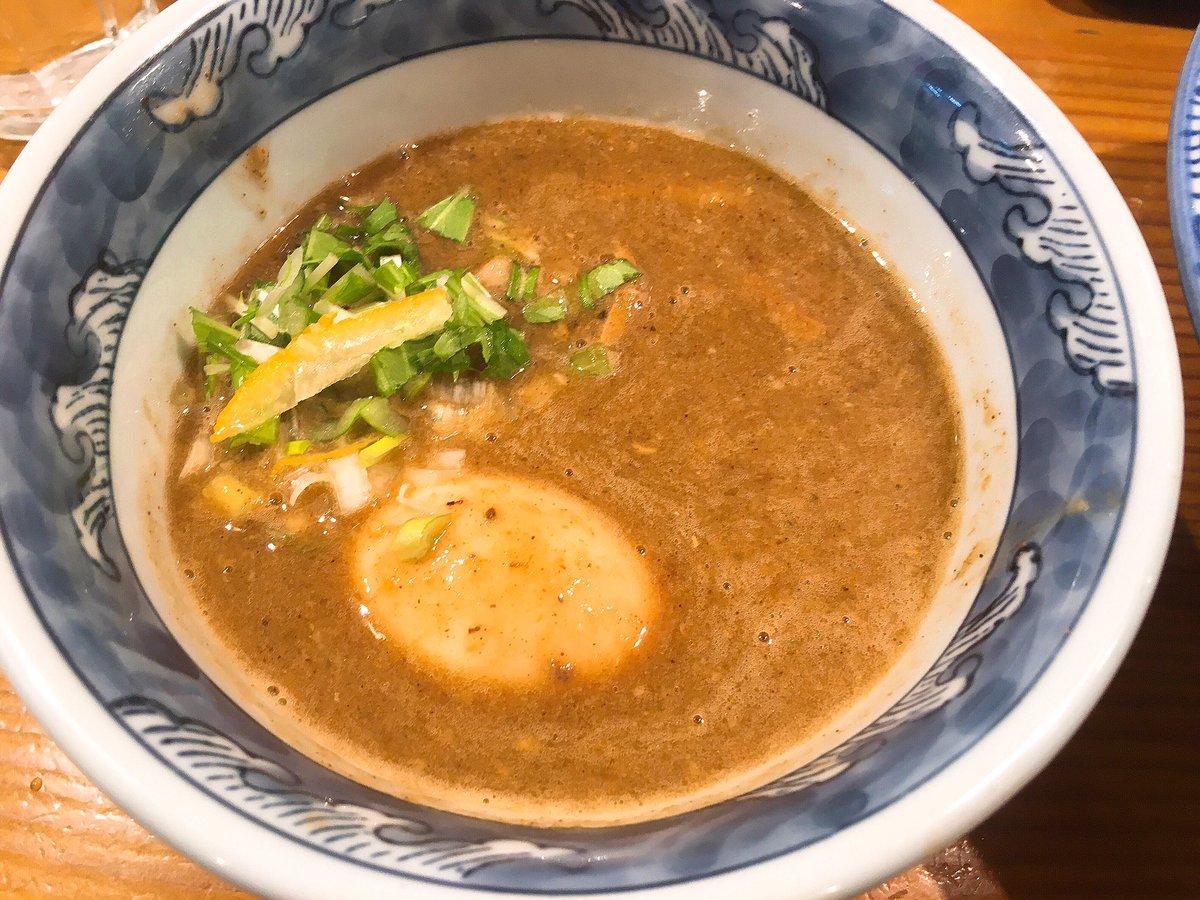 小麦の風味が強く栄養価が高い極太胚芽麺が特徴で、他にない甘みと、コシの強さを感じることができます‼️ トロみの強い濃厚魚介豚骨スープとホロホロの焼豚もたまりません♬