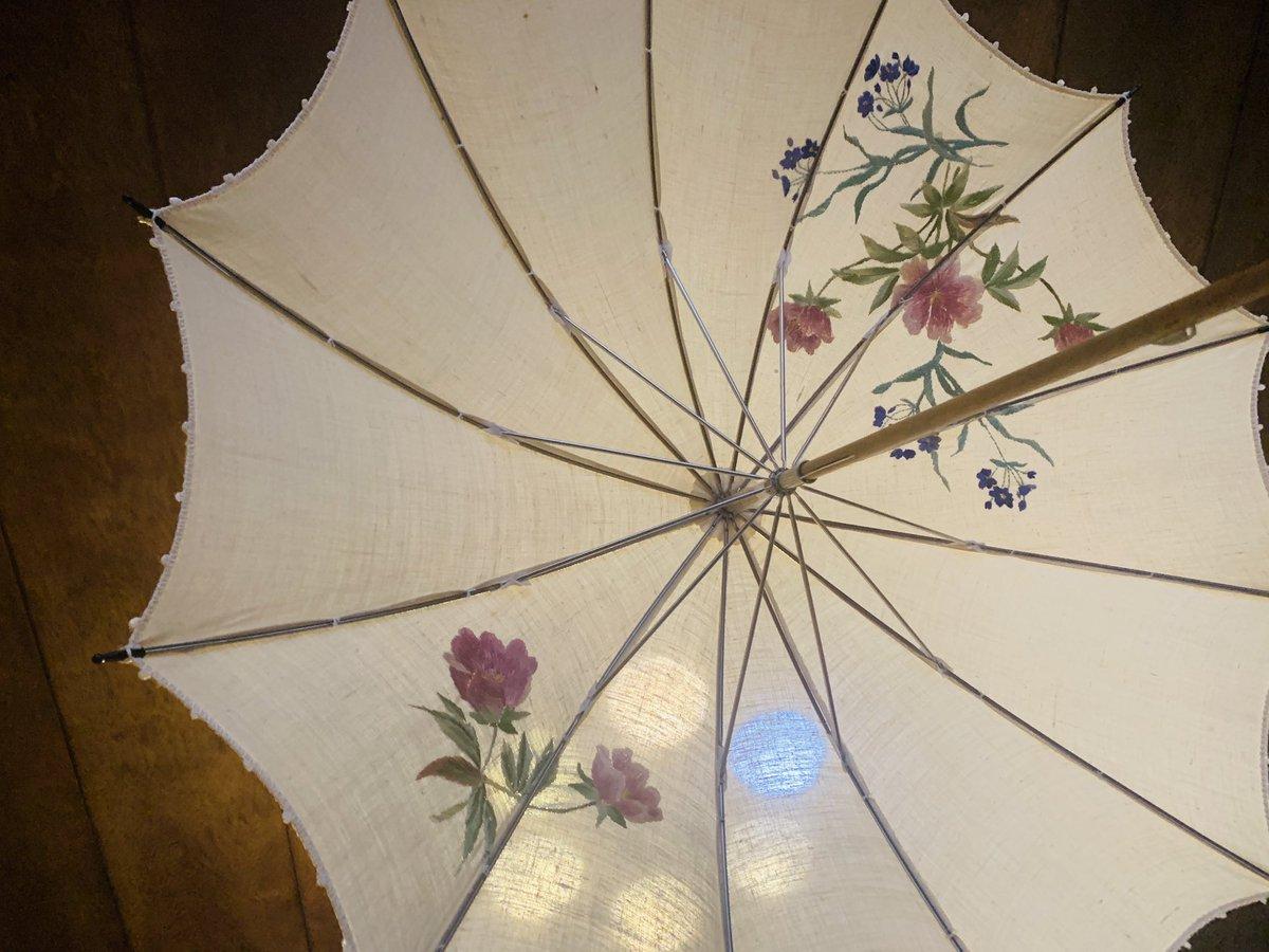 日傘がほしいと言ったら祖母が刺繍したものを出してきてくれたのですが、これは勿体無くて使えません…