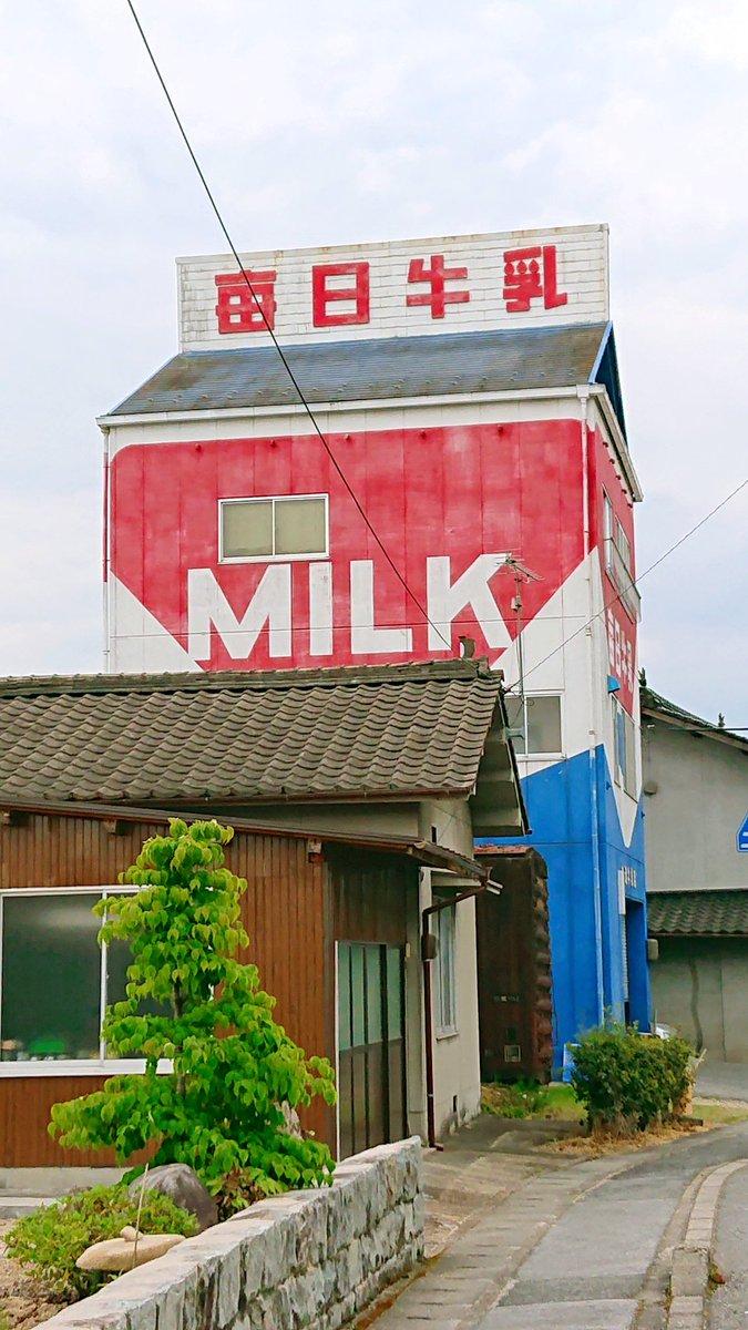 店番も建物も愛すべき牛乳屋さん
