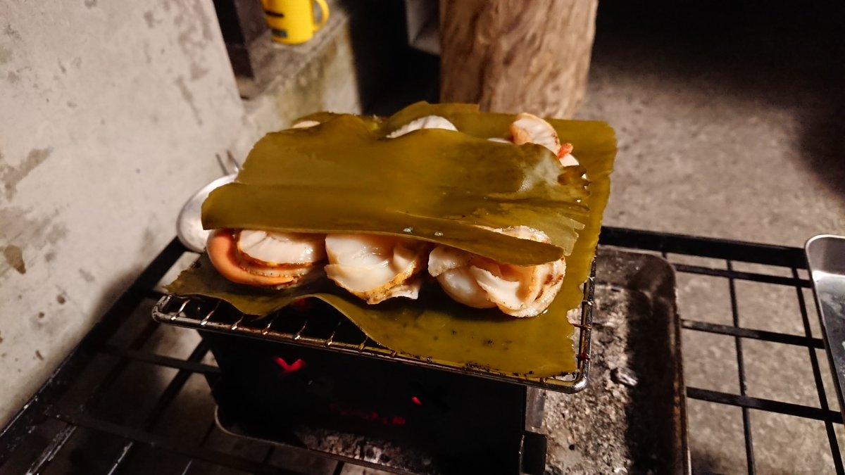 炭火でホタテを焼く時は、貝殻付きのバター醤油も良いけど、剥き身で昆布の挟み焼きを超絶オススメしたい