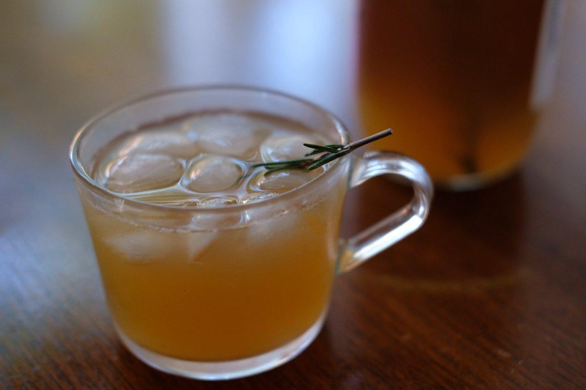 りんごジュースにローズマリー沈めて一晩置いとくだけでこんな落ち着く香りの飲み物になるのしらなかった