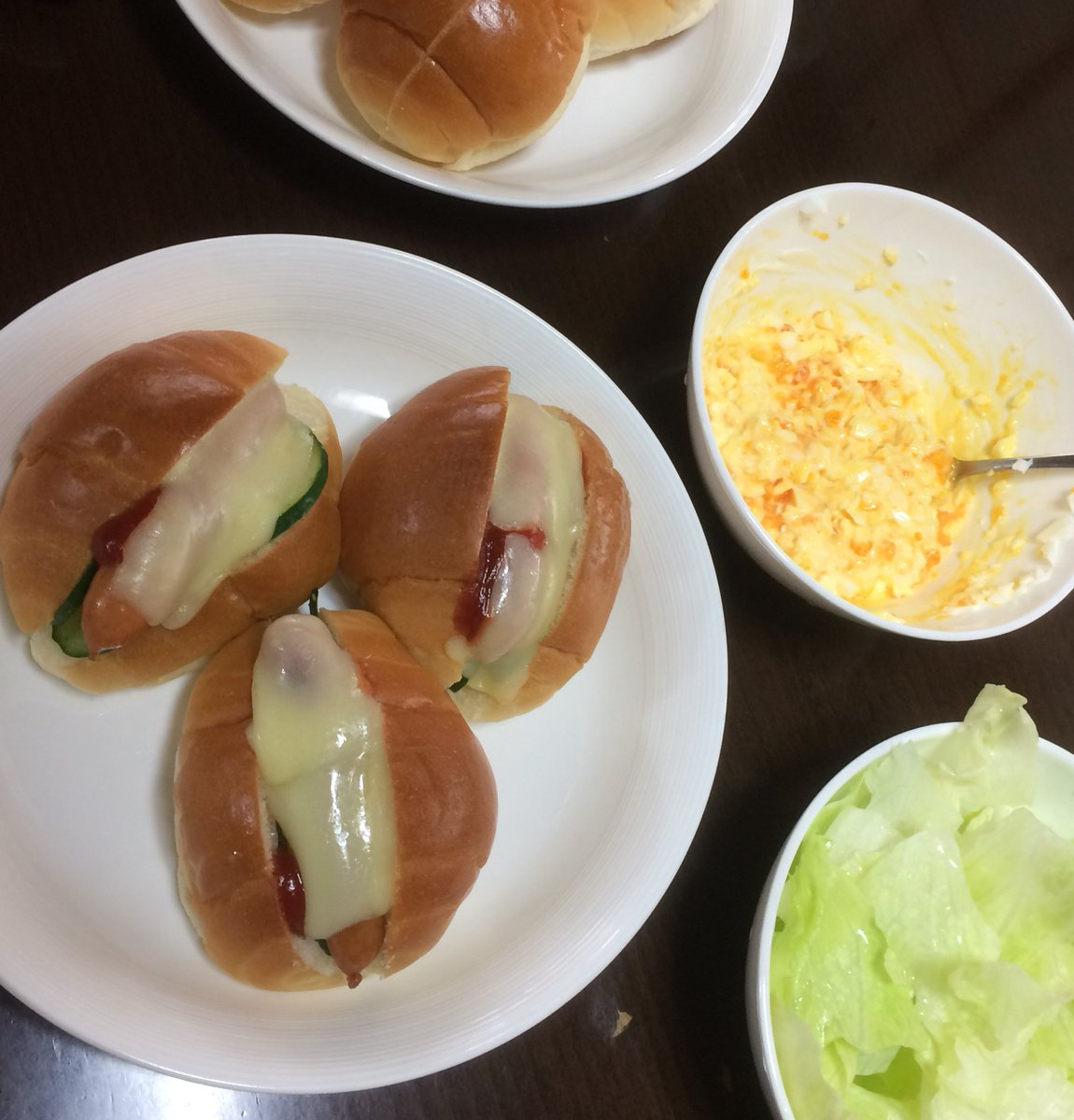 先日、何年かぶりに実家に寄りました  母に前日、昼食を食べるか確認されたのですが  なぜ、中華まん か 簡単なホットドッグ の  2択しかないんでしょうか