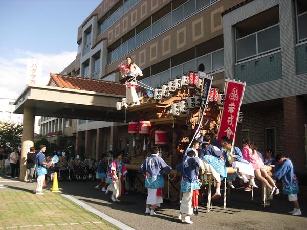 阪神電車「西宮」駅から徒歩8分、便利で環境のいい場所にある老人ホームです。