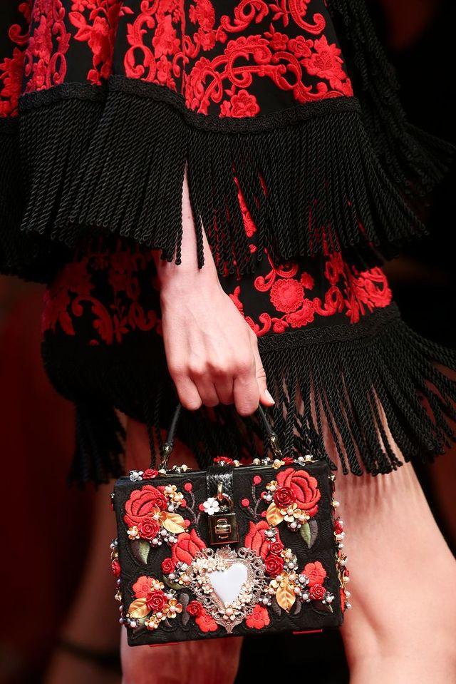 赤×黒のモードな色遣いなのにボヘミアンに仕上がるのが斬新なドルチェらしいですね。