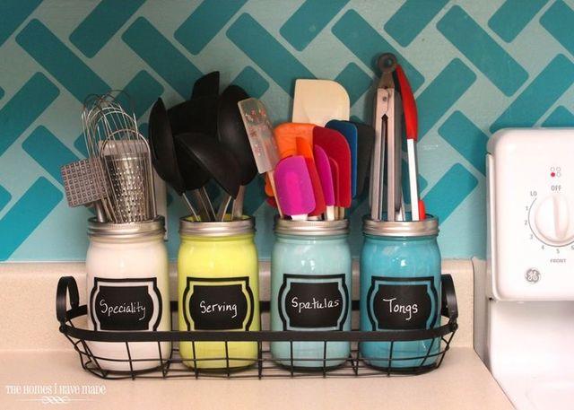 自分の好きな色を塗料で塗って、ビンをカスタマイズ!ひとつあるだけで、キッチンが一気に明るくなります。