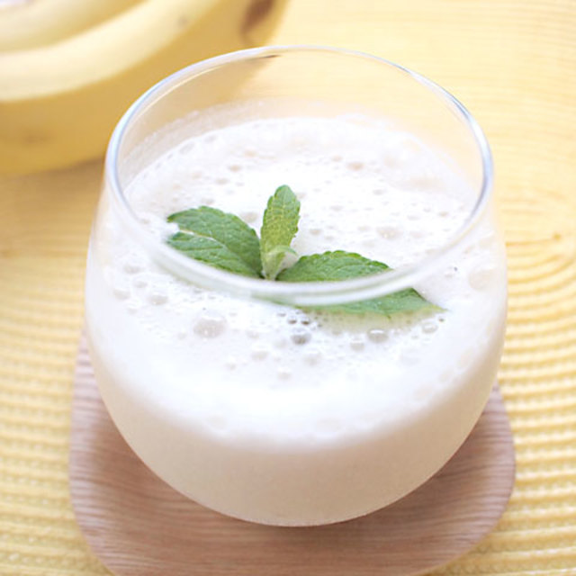 凍らせたバナナと豆乳、甘酒をミキサーにかけるだけの簡単スムージー。