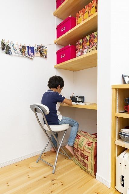 机で勉強する子供