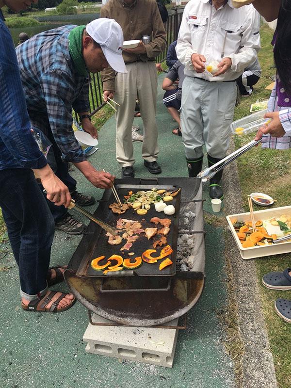 美田根田植え2017 バーベキューは地元の食材で