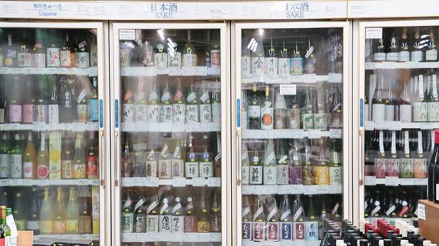 にしむら酒店の冷蔵庫にびっしり並ぶに日本酒