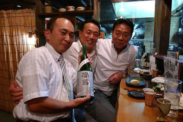 北川本家杜氏田島さん(中)と、丹州山田錦無濾過生原酒を手にする蔵人の中村さん(左)