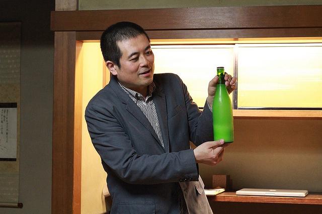 日本酒の説明をする日本酒コンシェルジュ