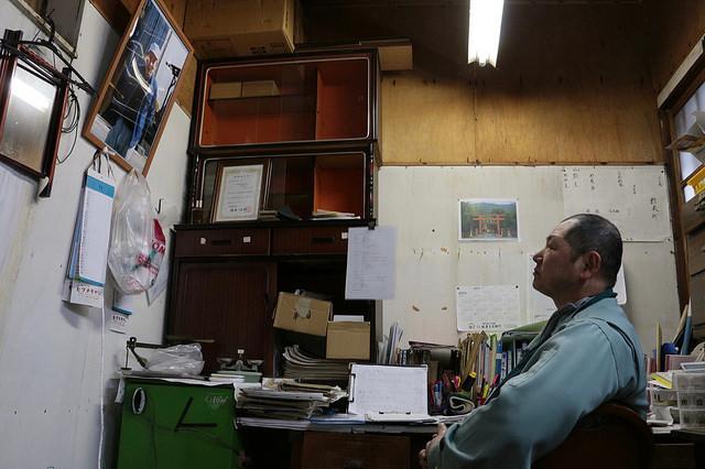 分析室で山根杜氏と対話する横坂さん