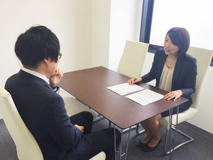 弊社のカウセリングの様子です。約20時間の面談を個別で行います。候補者の今までのご経歴から将来の方向性までをお伺いし、求人紹介まで行います。時にはビジネスマインドセットを行い早期離職を防ぎます。
