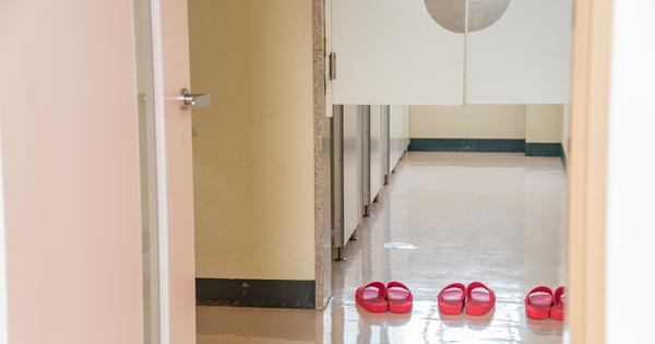脱ぎ散らかしていた生徒たちの履き物が明日からびしっと整列 自然と片付けたくなるデザインの力