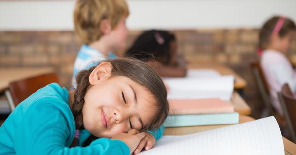 居眠りしている生徒はたたき起こす?それともほっとく?