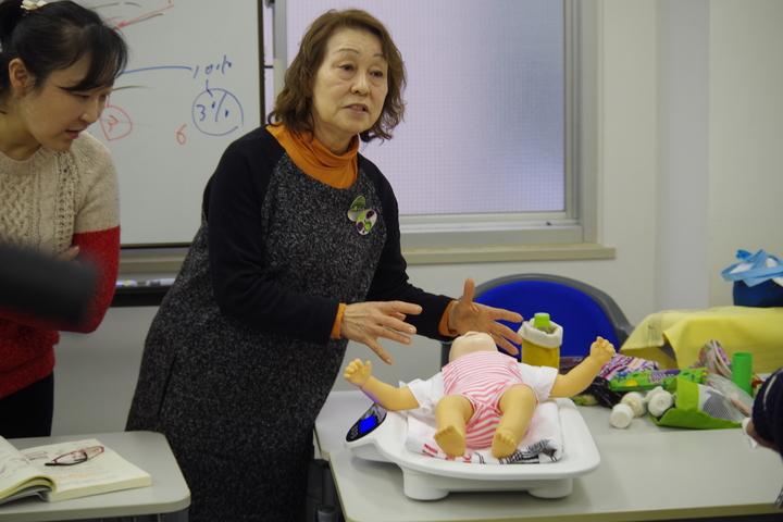おむつ替えや授乳・離乳食など保育現場で必要な実践が学べる「乳児保育」