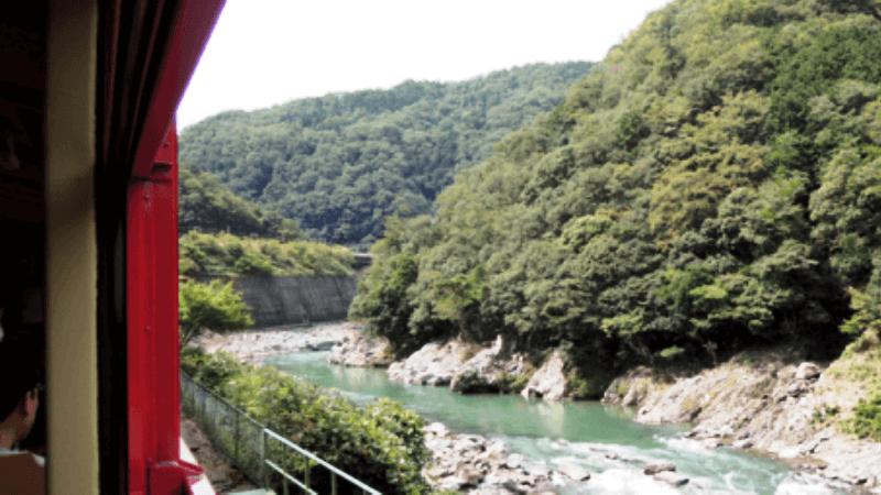 搭乘嵯峨野浪漫小火車