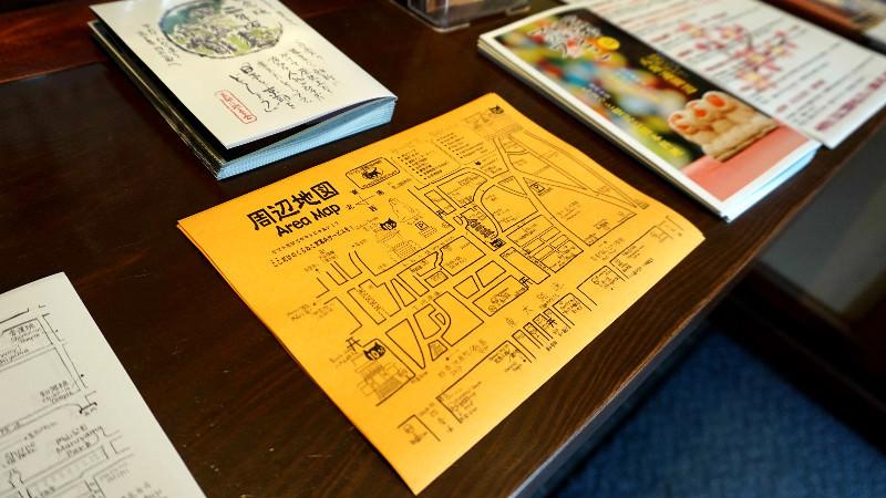 察看周遭區域的地圖和導覽手冊