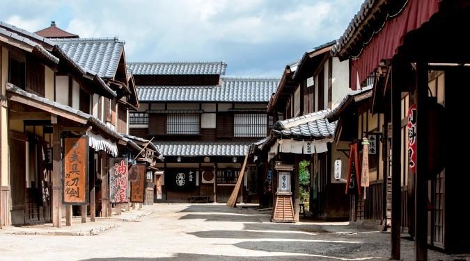 在日本的古老城鎮中走動