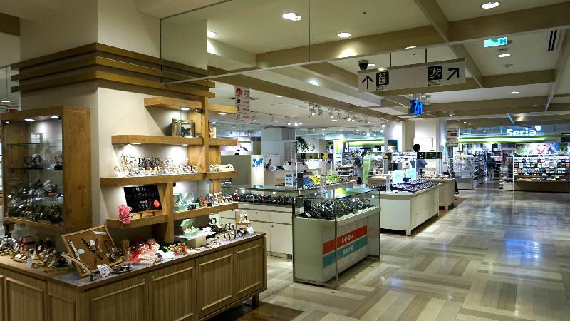 六樓手錶、眼鏡、文具、咖啡廳和百元商店