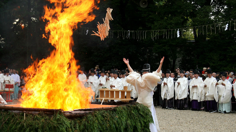 投擲許願樹枝到火堆中的儀式