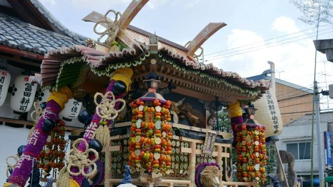 以芋頭莖裝飾的瑞饋神轎,即移動式神座