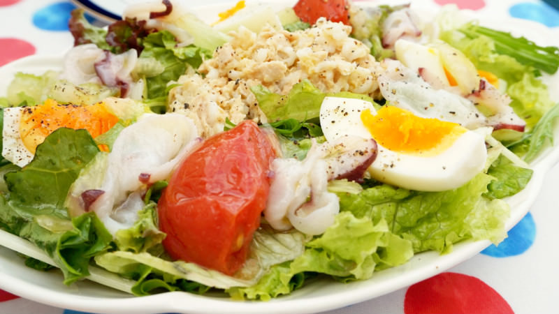 Green salad with octopus, tuna, celery, tomato (half size)