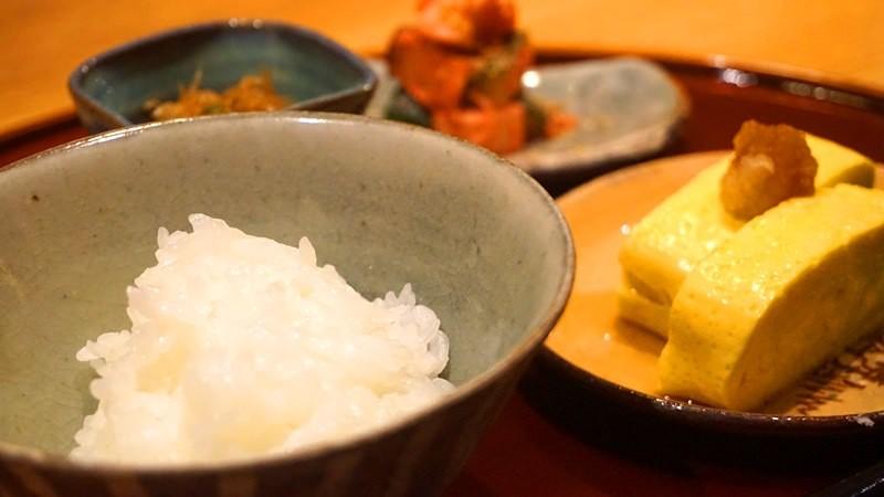 現煎蛋捲和以陶碗盛裝的白飯,最後再加入一點茶湯