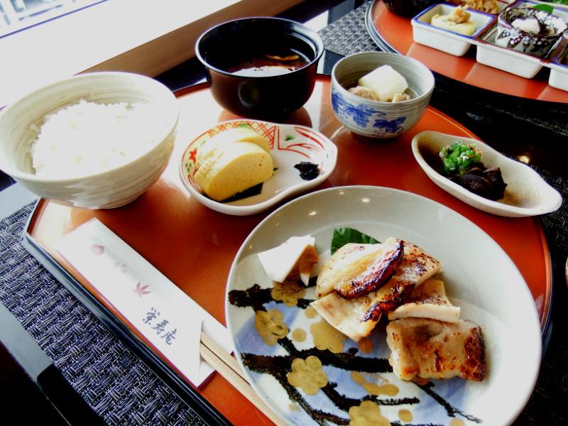 「西京漬套餐」,用京都風味的甜味噌醃漬主餐魚肉的套餐