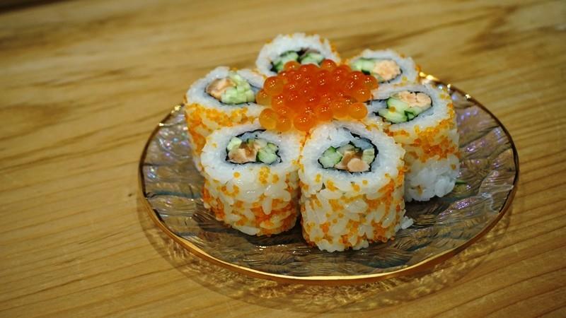 鮭魚子及鮭魚肚壽司捲
