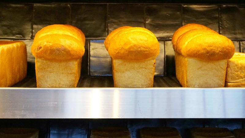 架上排滿可口美味的麵包