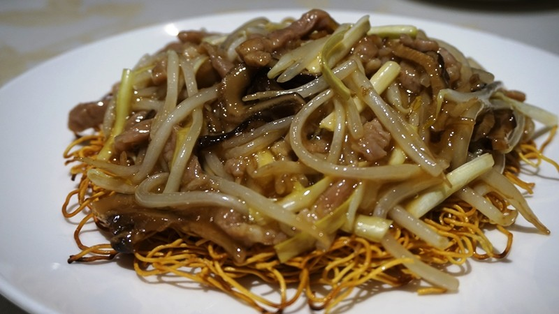 Fried noodles of pork of bean sprouts and shredded