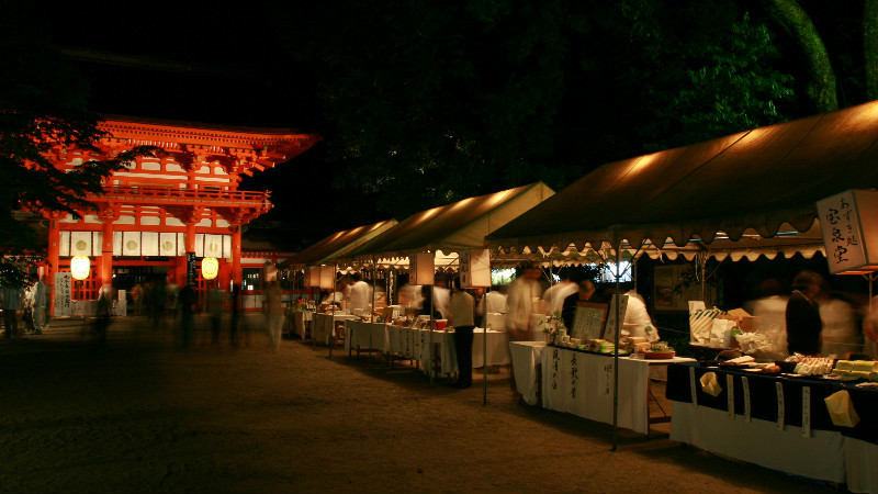 Enjoy the tea shops in Shimogamo Shrine