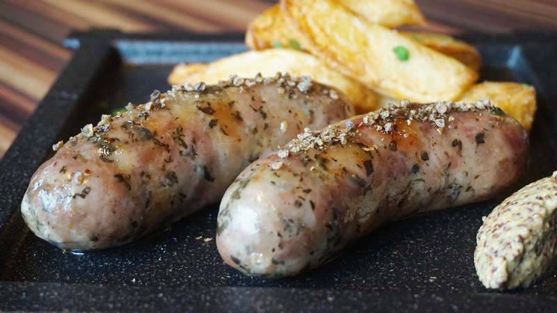 自製香腸和炸馬鈴薯