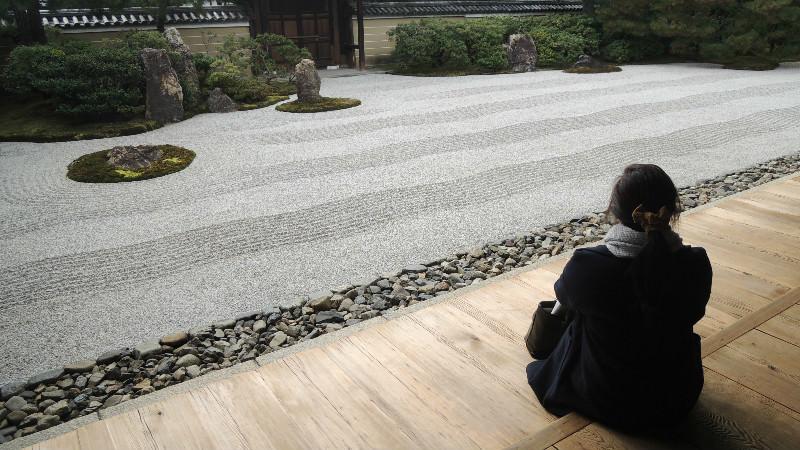 坐在禪意庭園