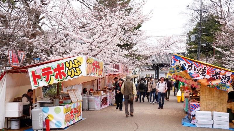 櫻花季時有很多攤販在公園內擺攤