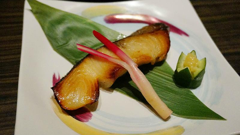 以白味噌醃漬的烤黑鱈魚