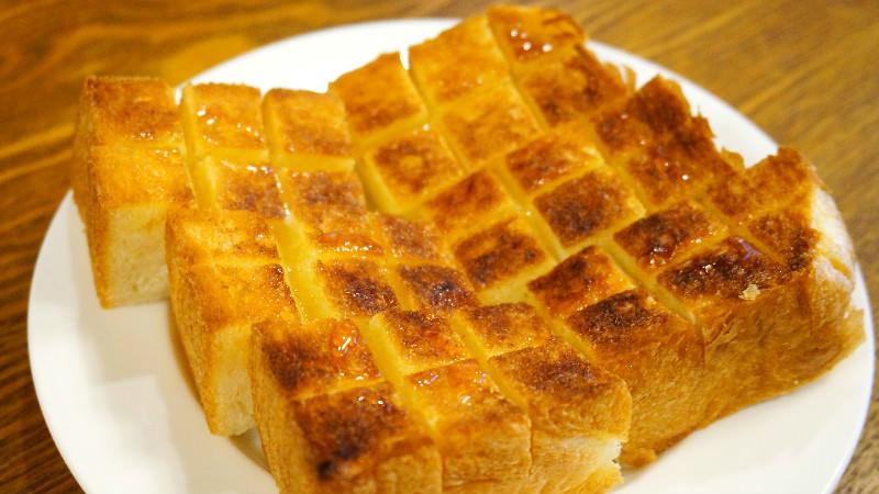 厚片吐司加配料(蜂蜜和奶油)