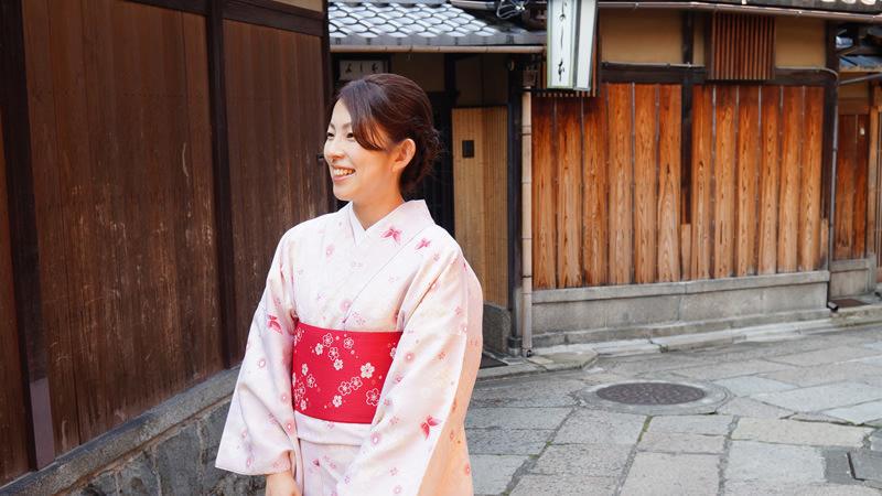 在京都街道上拍攝自己的照片