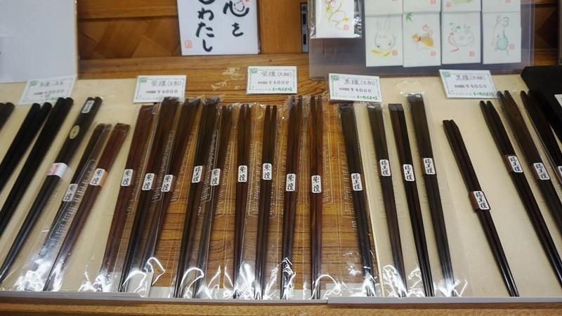 由紫檀木製成的筷子
