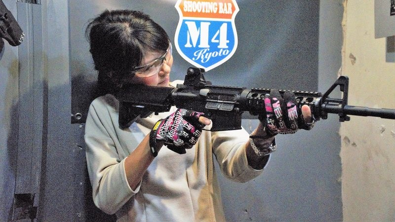 Japanese girls with airsoft guns shooting