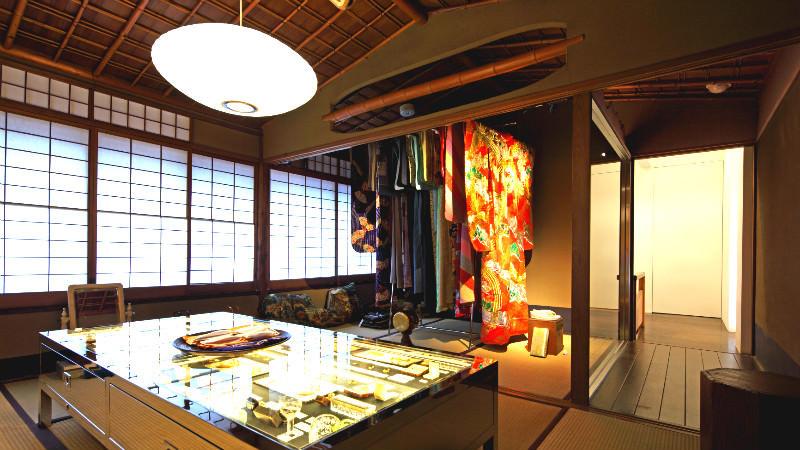 在二樓的日式房間內享受京都祇園區的獨特氛圍和商品