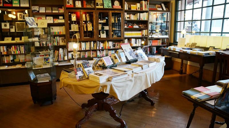 書架上的迷你畫廊