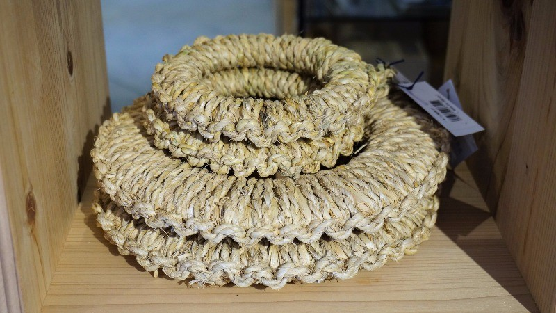 Pot stand made of straw