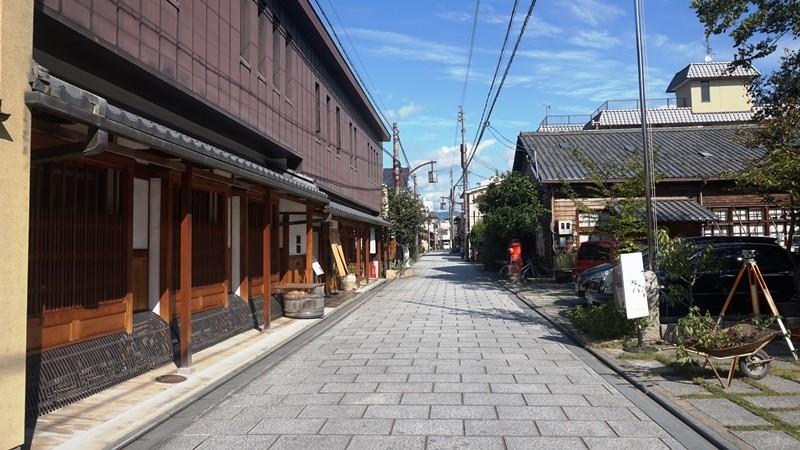 在常福寺街道聆聽織品的製作聲